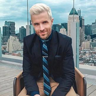 Cómo combinar: corbata de rayas verticales en verde azulado, pantalón chino marrón, camisa de vestir azul marino, blazer de lana azul marino