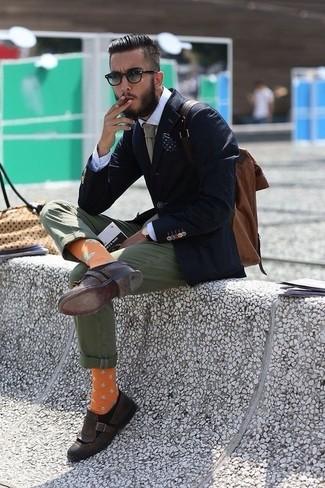 Cómo combinar: mocasín con borlas de cuero en marrón oscuro, pantalón chino verde oliva, camisa de vestir blanca, blazer azul marino