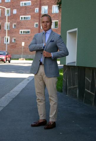 Cómo combinar: mocasín con borlas de cuero en marrón oscuro, pantalón chino en beige, camisa de vestir celeste, blazer celeste
