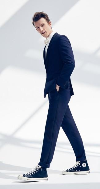 Cómo combinar: zapatillas altas de lona azul marino, pantalón chino azul marino, camisa de vestir blanca, blazer azul marino