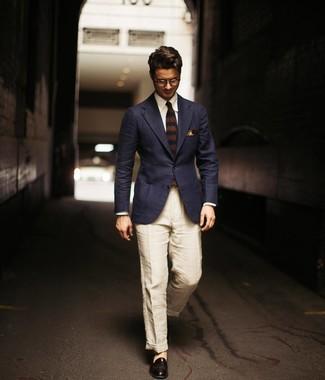 Cómo combinar: mocasín de cuero negro, pantalón chino de lino en beige, camisa de vestir blanca, blazer azul marino