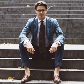 Cómo combinar: mocasín de cuero marrón, pantalón chino azul marino, camisa de vestir blanca, blazer azul