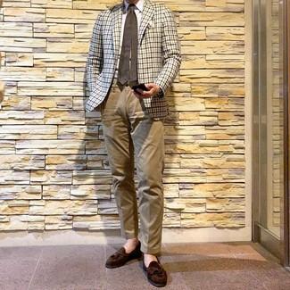 Cómo combinar: mocasín con borlas de ante en marrón oscuro, pantalón chino marrón claro, camisa de vestir blanca, blazer de cuadro vichy en beige