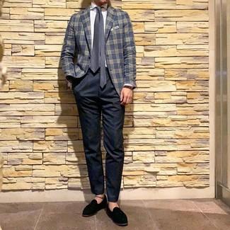 Cómo combinar: mocasín con borlas de ante negro, pantalón chino azul marino, camisa de vestir de rayas verticales blanca, blazer de tartán azul marino