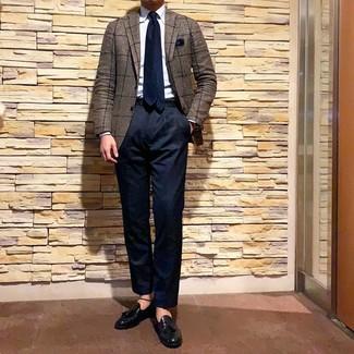 Cómo combinar: mocasín con borlas de cuero negro, pantalón chino azul marino, camisa de vestir celeste, blazer a cuadros marrón