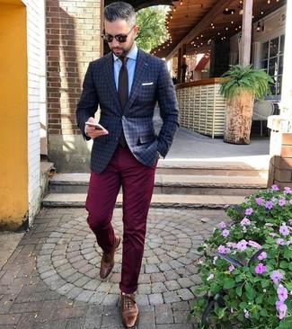 Cómo combinar: zapatos brogue de cuero marrónes, pantalón chino burdeos, camisa de vestir celeste, blazer a cuadros en gris oscuro