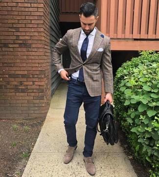 Cómo combinar: zapatos con doble hebilla de ante marrónes, pantalón chino azul marino, camisa de vestir blanca, blazer de tartán marrón