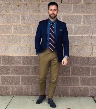 Cómo combinar: zapatos oxford de cuero azul marino, pantalón chino verde oliva, camisa de vestir de cambray azul, blazer azul marino