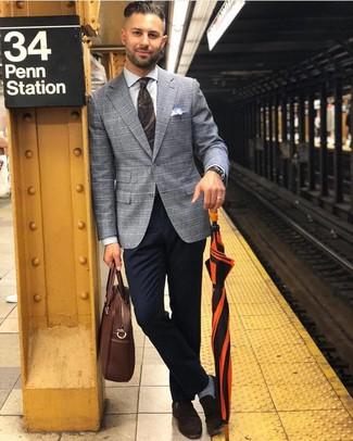 Combinar un portafolio de cuero marrón: Elige un blazer de tartán gris y un portafolio de cuero marrón transmitirán una vibra libre y relajada. Complementa tu atuendo con mocasín de ante en marrón oscuro para mostrar tu inteligencia sartorial.