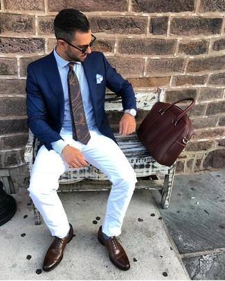 Combinar un portafolio de cuero marrón: Emparejar un blazer azul marino con un portafolio de cuero marrón es una opción práctica para el fin de semana. Agrega zapatos oxford de cuero en marrón oscuro a tu apariencia para un mejor estilo al instante.