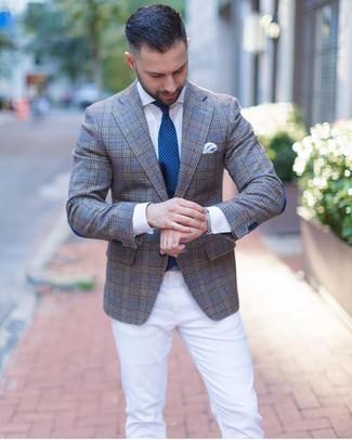 Cómo combinar: corbata a lunares en verde azulado, pantalón chino blanco, camisa de vestir blanca, blazer de tartán gris
