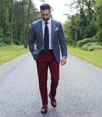 Cómo combinar: mocasín de cuero burdeos, pantalón chino burdeos, camisa de vestir blanca, blazer azul marino