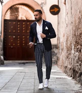 Cómo combinar: tenis de cuero blancos, pantalón chino de rayas verticales azul marino, camisa de vestir blanca, blazer azul marino