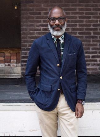 Cómo combinar: corbata de rayas verticales azul marino, pantalón chino en beige, camisa de vestir de tartán verde oscuro, blazer de algodón azul marino