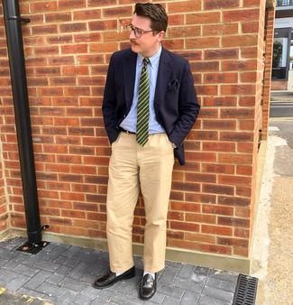 Combinar una corbata de rayas horizontales verde oscuro: Considera ponerse un blazer azul marino y una corbata de rayas horizontales verde oscuro para rebosar clase y sofisticación. Mocasín de cuero negro son una opción estupenda para completar este atuendo.