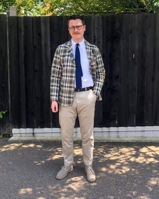 Combinar una corbata de punto azul marino: Empareja un blazer de tartán en azul marino y verde con una corbata de punto azul marino para una apariencia clásica y elegante. Si no quieres vestir totalmente formal, elige un par de botas safari de ante en beige.