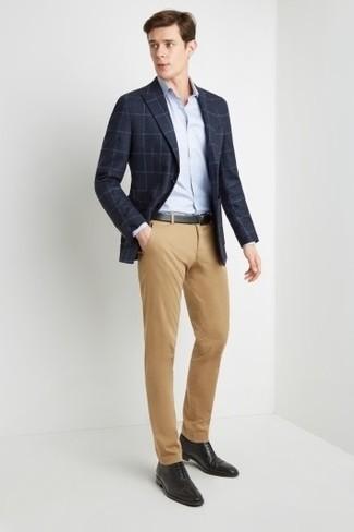 Cómo combinar: zapatos oxford de cuero negros, pantalón chino marrón claro, camisa de vestir celeste, blazer a cuadros azul marino