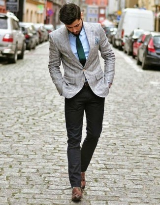 Combinar un mocasín con borlas de cuero marrón: Utiliza un blazer de tartán gris y un pantalón chino negro para lograr un estilo informal elegante. ¿Te sientes valiente? Elige un par de mocasín con borlas de cuero marrón.