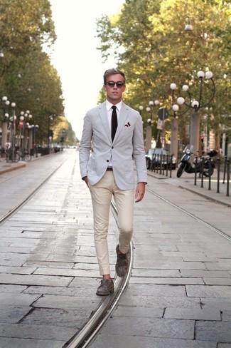 Cómo combinar: mocasín gris, pantalón chino en beige, camisa de vestir blanca, blazer gris