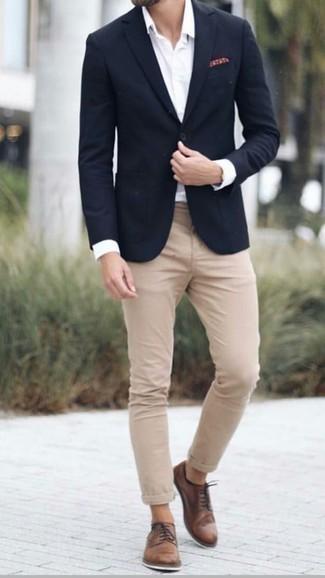 Combinar unos zapatos derby de cuero marrónes: Si buscas un estilo adecuado y a la moda, elige un blazer negro y un pantalón chino marrón claro. ¿Por qué no ponerse zapatos derby de cuero marrónes a la combinación para dar una sensación más clásica?