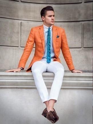 Combinar una camisa de vestir con un blazer: Considera ponerse un blazer y una camisa de vestir para una apariencia clásica y elegante. ¿Te sientes valiente? Usa un par de mocasín con borlas de ante en marrón oscuro.