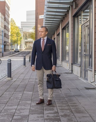 Combinar una camisa de vestir con un blazer: Haz de un blazer y una camisa de vestir tu atuendo para el after office. Zapatos con doble hebilla de cuero marrónes son una opción muy buena para complementar tu atuendo.