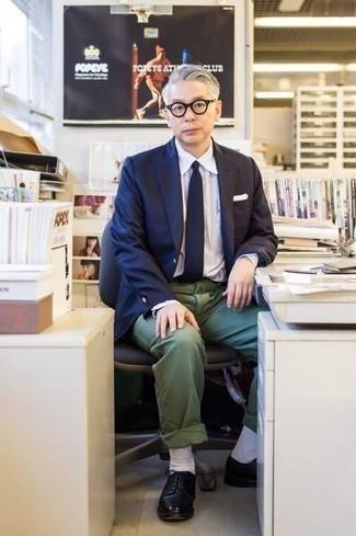 Combinar un pañuelo de bolsillo blanco: Considera ponerse un blazer azul marino y un pañuelo de bolsillo blanco para un look agradable de fin de semana. Con el calzado, sé más clásico y usa un par de zapatos derby de cuero negros.