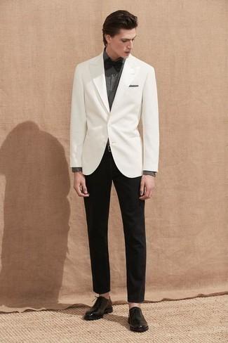 Combinar un corbatín negro: Mantén tu atuendo relajado con un blazer blanco y un corbatín negro. Con el calzado, sé más clásico y elige un par de zapatos oxford de cuero negros.