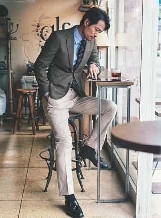 Combinar un blazer de pata de gallo gris: Usa un blazer de pata de gallo gris y un pantalón chino en beige para después del trabajo. Mocasín con borlas de cuero azul marino añaden la elegancia necesaria ya que, de otra forma, es un look simple.