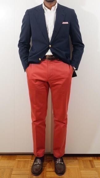 Combinar un pantalón chino rojo: Equípate un blazer azul marino junto a un pantalón chino rojo para lograr un estilo informal elegante. Activa tu modo fiera sartorial y haz de mocasín de cuero en marrón oscuro tu calzado.
