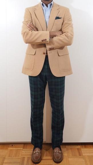 Combinar un pañuelo de bolsillo azul marino: Para un atuendo tan cómodo como tu sillón utiliza un blazer marrón claro y un pañuelo de bolsillo azul marino. ¿Te sientes valiente? Opta por un par de mocasín de cuero marrón.