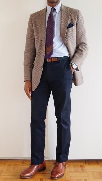 Combinar un pañuelo de bolsillo azul marino: Ponte un blazer de tartán marrón claro y un pañuelo de bolsillo azul marino transmitirán una vibra libre y relajada. Dale un toque de elegancia a tu atuendo con un par de zapatos oxford de cuero en tabaco.