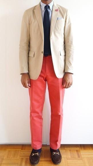 Combinar un pantalón chino rojo: Ponte un blazer en beige y un pantalón chino rojo para después del trabajo. Con el calzado, sé más clásico y haz mocasín de ante en marrón oscuro tu calzado.