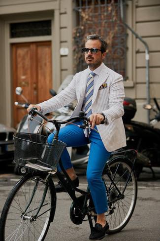 Combinar un blazer de rayas verticales blanco: Considera emparejar un blazer de rayas verticales blanco junto a un pantalón chino azul para lograr un estilo informal elegante. Elige un par de mocasín con borlas de ante negro para mostrar tu inteligencia sartorial.