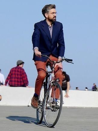 Combinar un pantalón chino rojo: Intenta combinar un blazer azul marino con un pantalón chino rojo para crear un estilo informal elegante. Con el calzado, sé más clásico y usa un par de zapatos oxford de ante marrónes.