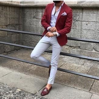 Combinar un blazer burdeos: Opta por un blazer burdeos y un pantalón chino blanco para después del trabajo. Luce este conjunto con zapatos con doble hebilla de cuero burdeos.