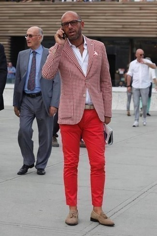 Combinar un pantalón chino rojo: Intenta ponerse un blazer de cuadro vichy rojo y un pantalón chino rojo para el after office. Haz mocasín con borlas de ante marrón claro tu calzado para mostrar tu inteligencia sartorial.