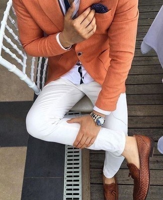 Combinar un pañuelo de bolsillo estampado azul marino: Un blazer naranja y un pañuelo de bolsillo estampado azul marino son una opción buena para el fin de semana. Agrega mocasín de cuero tejido marrón a tu apariencia para un mejor estilo al instante.