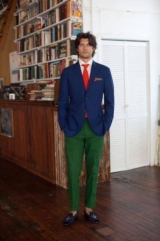 Combinar un pantalón chino verde oscuro: Si buscas un look en tendencia pero clásico, equípate un blazer azul marino junto a un pantalón chino verde oscuro. Con el calzado, sé más clásico y complementa tu atuendo con mocasín de terciopelo azul marino.