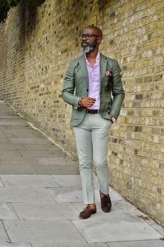 Combinar un pantalón chino en verde menta: Haz de un blazer en verde menta y un pantalón chino en verde menta tu atuendo para un lindo look para el trabajo. Con el calzado, sé más clásico y elige un par de zapatos con doble hebilla de ante en marrón oscuro.