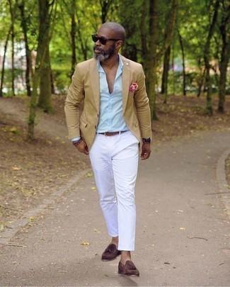 Combinar un blazer marrón claro: Si buscas un look en tendencia pero clásico, intenta combinar un blazer marrón claro con un pantalón chino blanco. ¿Por qué no ponerse mocasín con borlas de ante burdeos a la combinación para dar una sensación más clásica?
