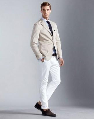Combinar unos zapatos oxford de ante en marrón oscuro: Si buscas un estilo adecuado y a la moda, elige un blazer en beige y un pantalón chino blanco. Zapatos oxford de ante en marrón oscuro proporcionarán una estética clásica al conjunto.