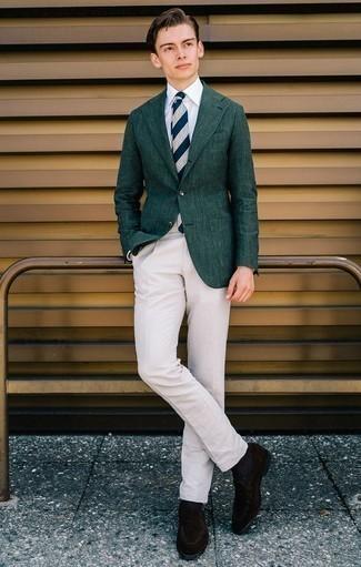 Combinar una corbata de rayas horizontales en azul marino y blanco: Intenta combinar un blazer verde oscuro junto a una corbata de rayas horizontales en azul marino y blanco para rebosar clase y sofisticación. Mocasín de ante en marrón oscuro son una opción excelente para complementar tu atuendo.