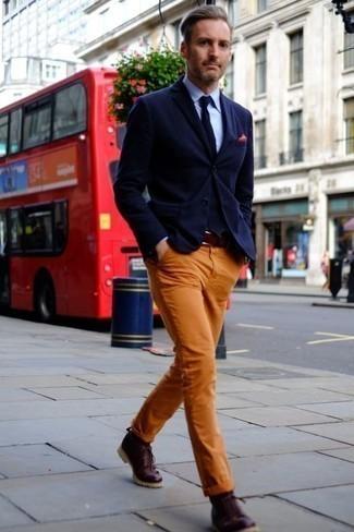 Combinar un pañuelo de bolsillo rojo en primavera 2021: Usa un blazer azul marino y un pañuelo de bolsillo rojo transmitirán una vibra libre y relajada. Con el calzado, sé más clásico y haz botas casual de cuero burdeos tu calzado. Este look es una opción excelente si tu en busca de un look apropriado para la primavera.