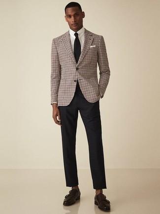 Combinar un blazer: Usa un blazer y un pantalón chino negro para el after office. Elige un par de zapatos con doble hebilla de cuero en marrón oscuro para mostrar tu inteligencia sartorial.