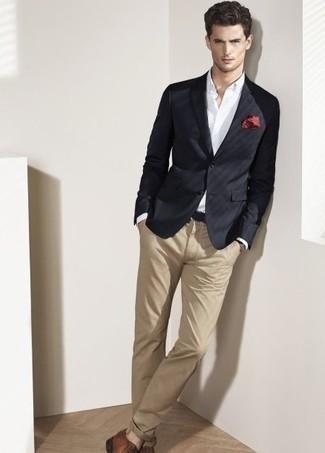 Combinar un blazer negro: Usa un blazer negro y un pantalón chino marrón claro para el after office. Con el calzado, sé más clásico y opta por un par de zapatos derby de cuero marrónes.