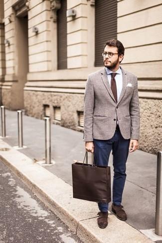 Combinar unos zapatos con doble hebilla de ante en marrón oscuro: Usa un blazer de lana a cuadros marrón y un pantalón chino azul marino para las 8 horas. Con el calzado, sé más clásico y opta por un par de zapatos con doble hebilla de ante en marrón oscuro.