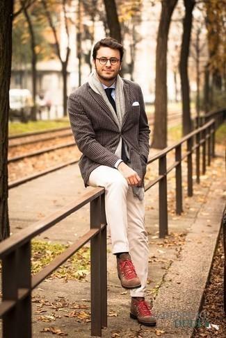 Combinar una camisa de vestir celeste: Haz de una camisa de vestir celeste y un pantalón chino blanco tu atuendo para crear un estilo informal elegante. Botas de trabajo de ante marrónes añadirán un nuevo toque a un estilo que de lo contrario es clásico.