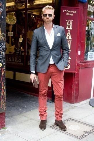 Combinar unos botines chelsea de ante en marrón oscuro: Haz de un blazer azul marino y un pantalón chino rojo tu atuendo para crear un estilo informal elegante. Con el calzado, sé más clásico y opta por un par de botines chelsea de ante en marrón oscuro.