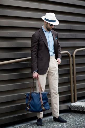 Combinar una camisa de vestir celeste: Si buscas un look en tendencia pero clásico, ponte una camisa de vestir celeste y un pantalón chino en beige. Con el calzado, sé más clásico y opta por un par de mocasín de ante azul marino.